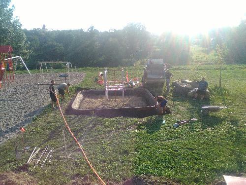 Práce na dětském hřišti